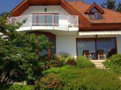 XI. Sasad felső részén 825 nm-es gyönyörű díszkertben panorámás elegáns családi ház eladó